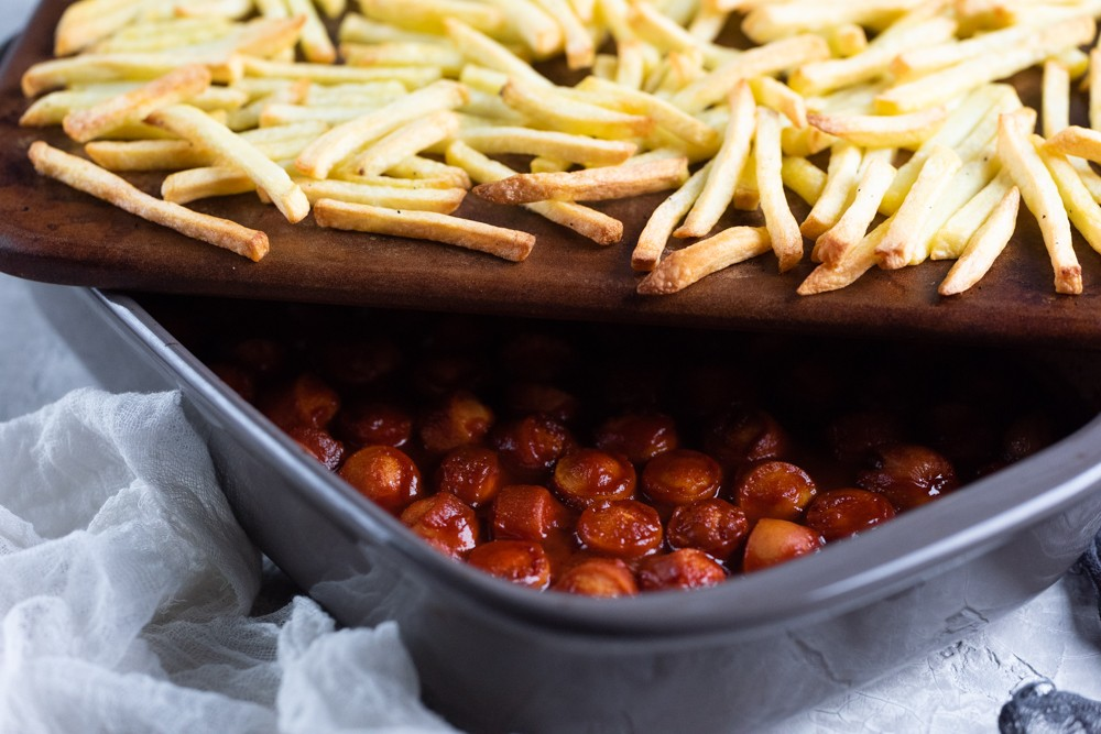 Currywurst mit Pommes aus dem Ofen